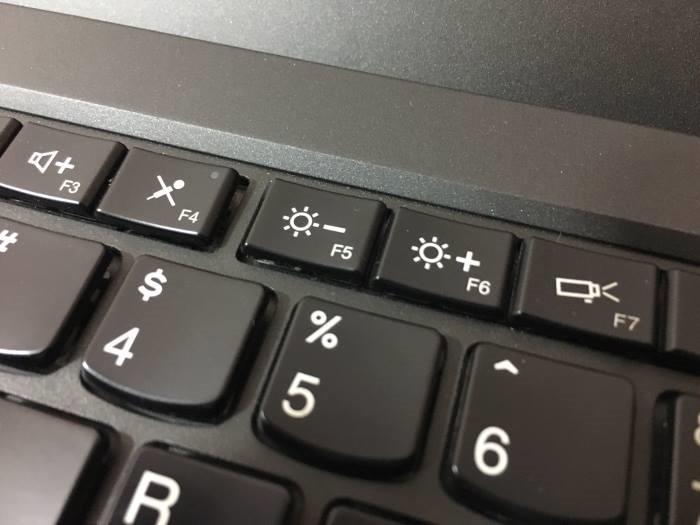 Chỉnh độ sáng màn hình máy tính ngay bên trên Keyboard